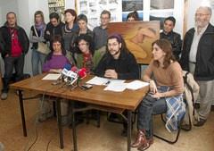 Rueda de prensa ofrecida en Gasteiz, en la sede de Salhaketa, sobre el próximo juicio contra el subdirector de Seguridad de la cárcel de Langraitz acusado de abuso sexual contra varias presas. En la imagen, en el centro, Marta Aldanondo y Carlos Hernández.
